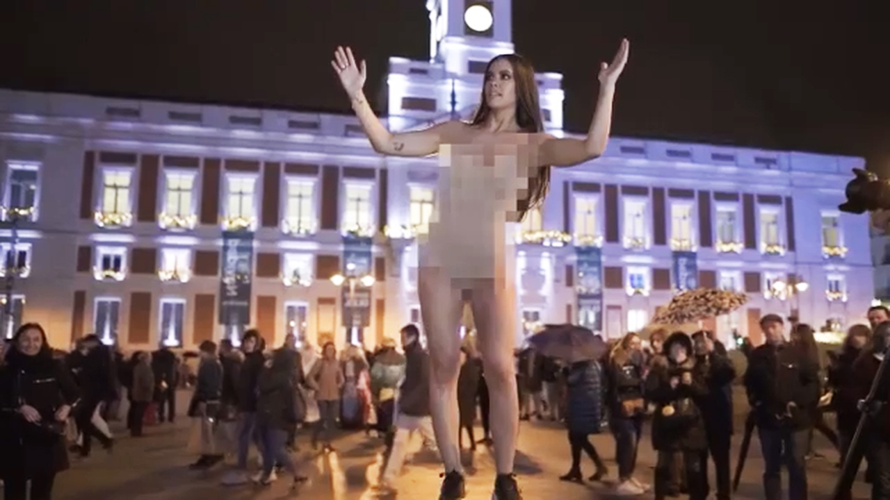 Cristina Pedroche se pasea completamente desnuda por Madrid